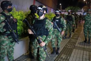 Soldados colombianos estacionados en Cali después de un día mortal de protestas