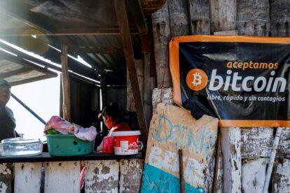 El Salvador enfatiza al FMI que se aceptan tanto Bitcoin como dólares