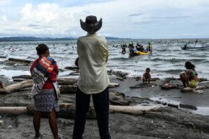 Migrantes atrapados en el norte de Colombia luchan por sobrevivir
