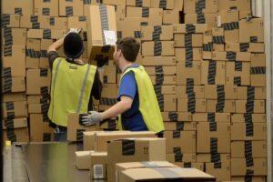 Amazon ahora está enviando carga a clientes externos en su último movimiento para competir con FedEx y UPS
